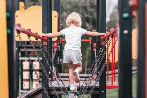 egyensúlyozás játszóvárban gyermek