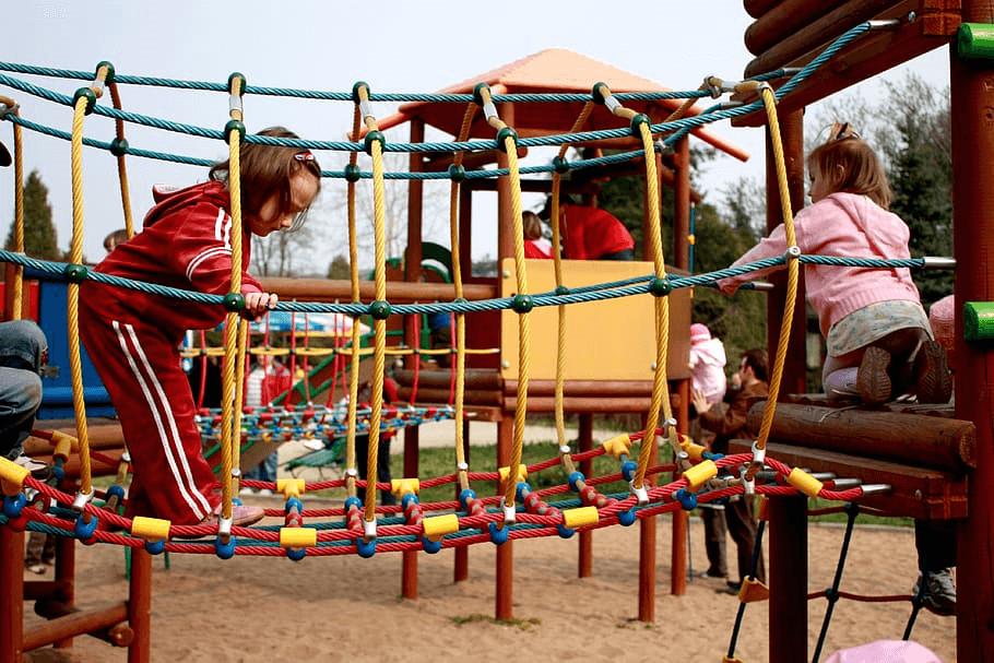 A játszóvárakon sokszor henger köti össze a tornyokat, melyen a gyerekek csúszó vagy kúszó mozgással tudnak átjutni. Ezek a mozgásformák az izomtónus és a mozgáskoorindáció szempontjából rendkívül előnyösek. A szűk hely, a hengerrel való érintkezés ingereket küld a taktilis rendszernek, hozzájárulva a tapintásos érzékelés optimális működéséhez. A játszóvárakon gyakran találkozhatunk valamilyen táblajátékkal. Ilyen például az amőba, amely nem csak kikapcsolódást biztosít a gyermeknek, hanem fejleszti a figyelmet és a problémamegoldási képességet, miközben gondolkodásra késztet.játszótéri eszköz